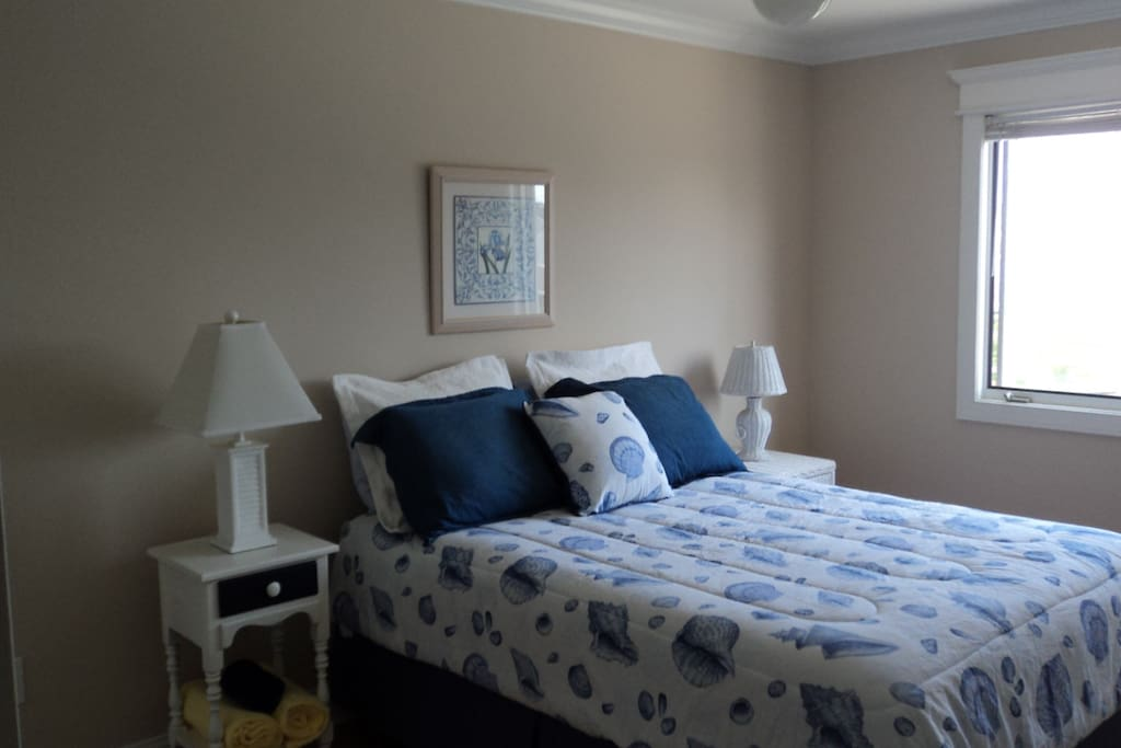 2nd. bed room with queen bed.