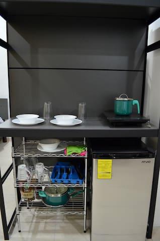 La pequeña cocineta, tiene lo básico para un cocinar algo sencillo. The small kitchenette has the basics for cooking something simple.