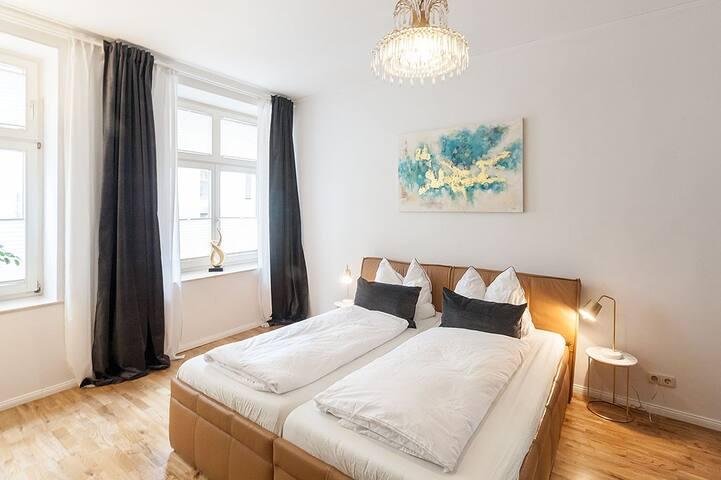 Lederbett mit zwei 90 * 200 cm-Schlaraffia-Matratzen / Leather bed with two high class mattresses, each 90 * 200 cm