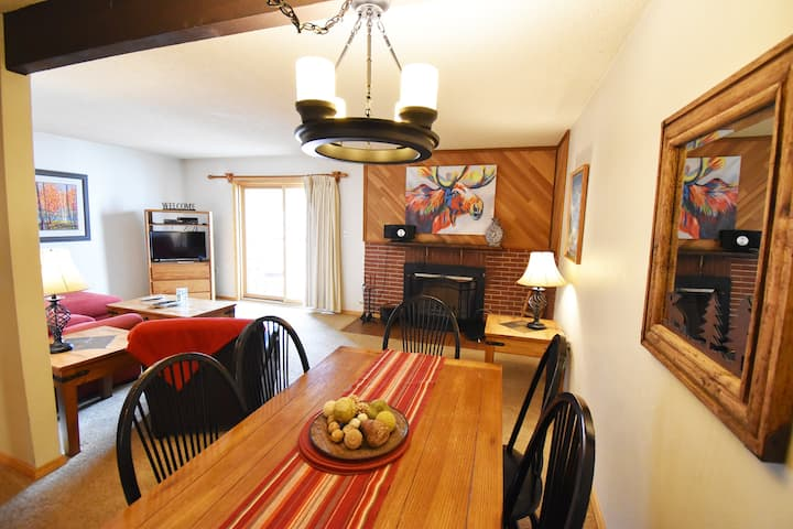 Walk/Shuttle to Keystone Ski Resort, Dining, Shops, Activities. Private Deck
