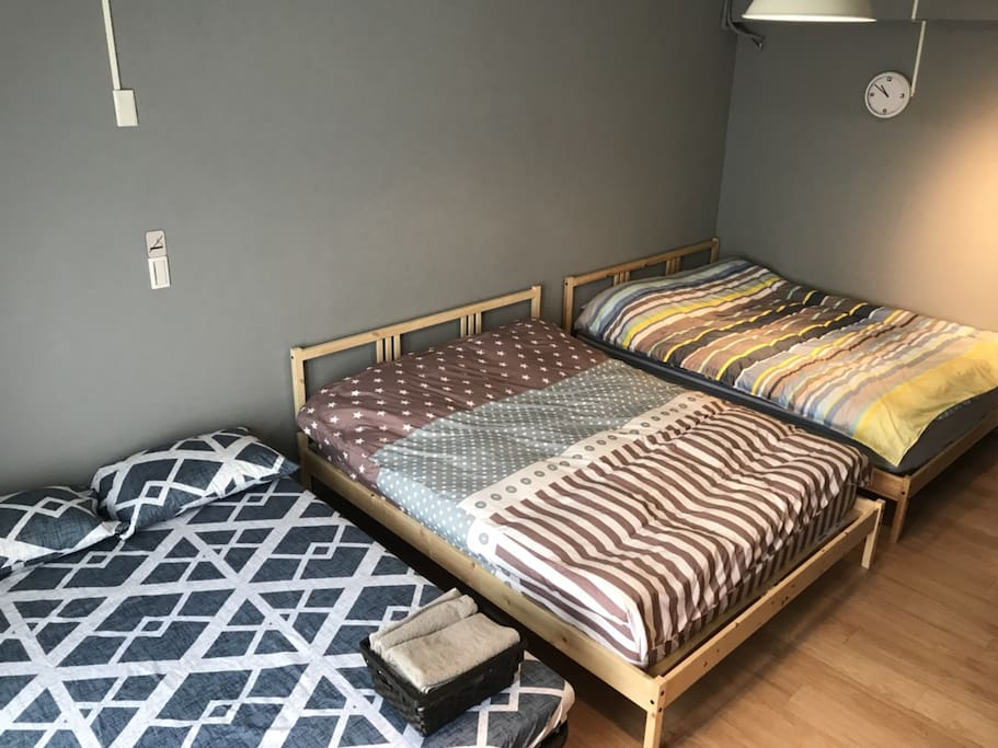 兩張標準雙人床及一張雙人沙發床