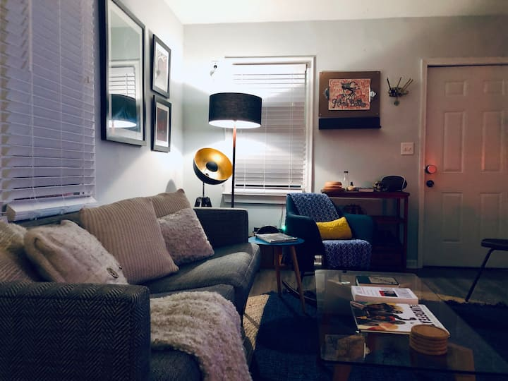 Stylish Suite. Minutes from airport and Downtown