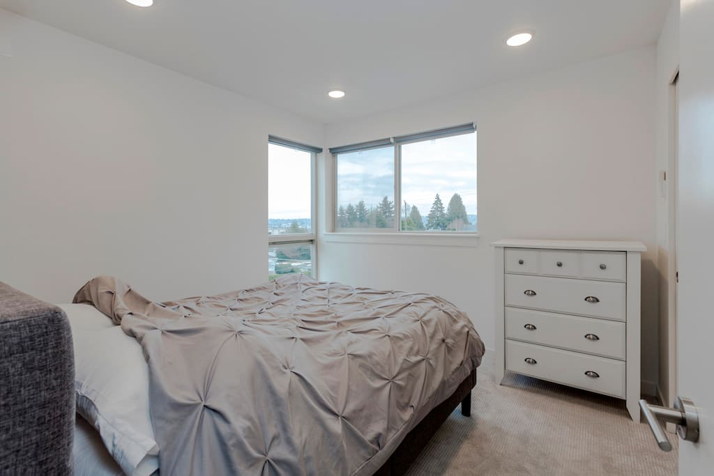 Completely brand new home with all new appliances, furniture, TVs, bedding, etc - all comforters and linen and brand new and 1800+ thread count to ensure a comfortable night's rest after exploring Seattle's attractions!