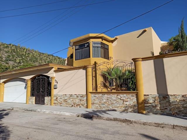 Casa amplia, cómoda y privada con alberca y asador