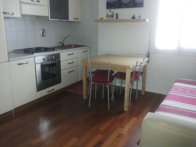 Double bed located in the kitchen in an open room - Bologna - Huis