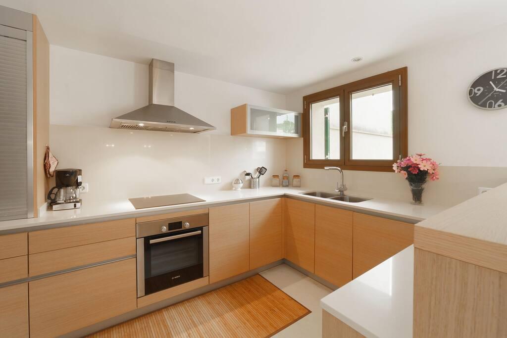 komfortable Küche mit Terrasse