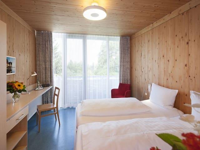 Hotel und Gasthaus Seehörnle, (Gaienhofen-Horn), Galerieeinzelzimmer, DU/WC, Balkon, EG o. OG