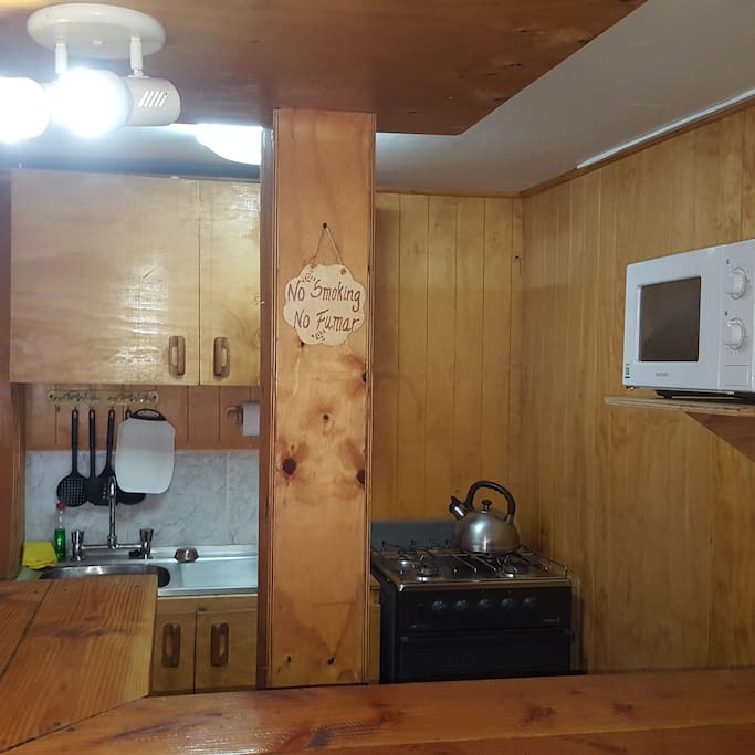 Cocina americana completamente equipada con construccion de muebles rusticos propios de la zona