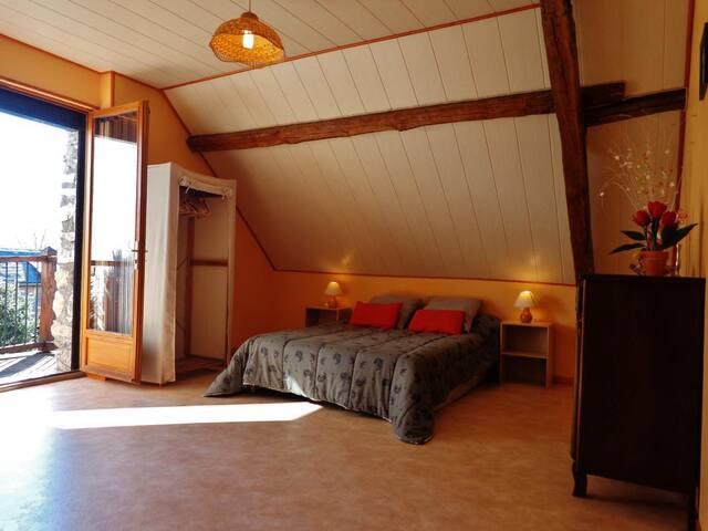 la chambre avec un balcon