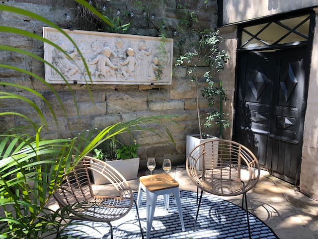 Romantic Darling Point- with private courtyard