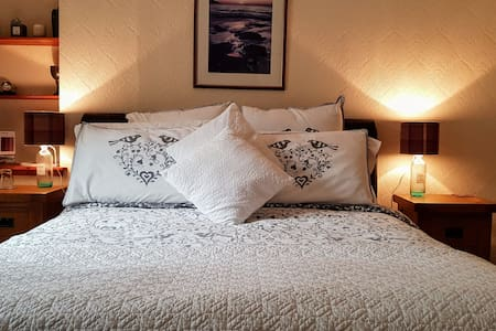 King bed en-suite inc Breakfast & Parking permit