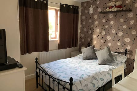 Easy access to  M27 J9  Monday - Friday let