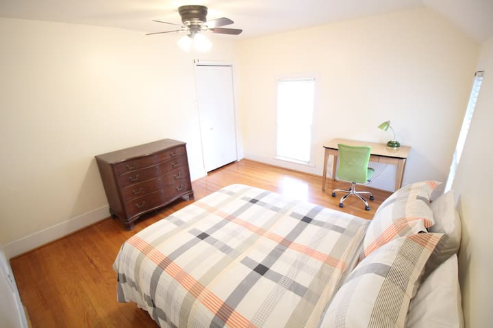 Bright Room Close to Campus & Downtown Urbana