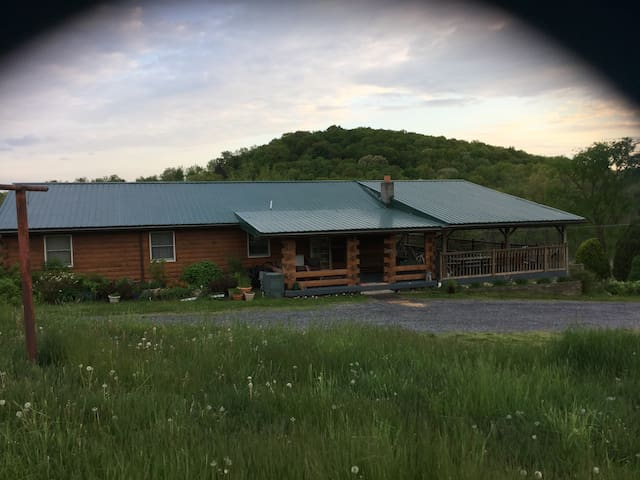 Celebration House, spacious log home, central PA. - McVeytown - Huis