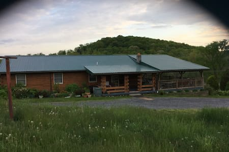 Celebration House, spacious log home, central PA. - McVeytown - House