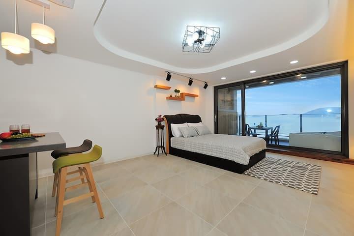 바다를 보며 스파를 즐길 수 있는 베란다가 있는 301호 객실