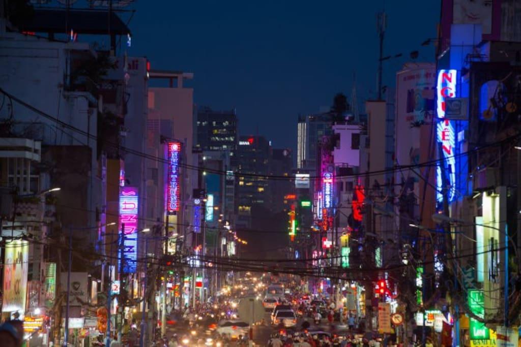 Hai Ba Trung street @ night