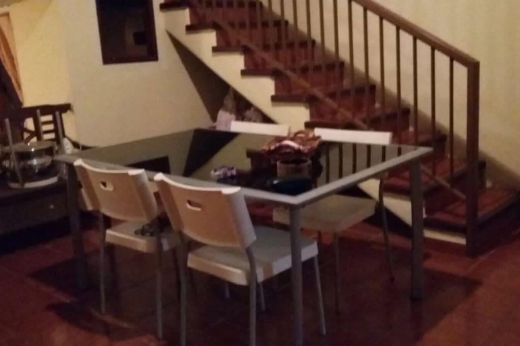 Comedor que esta junto a la cocina y escalera que sube a la habitación
