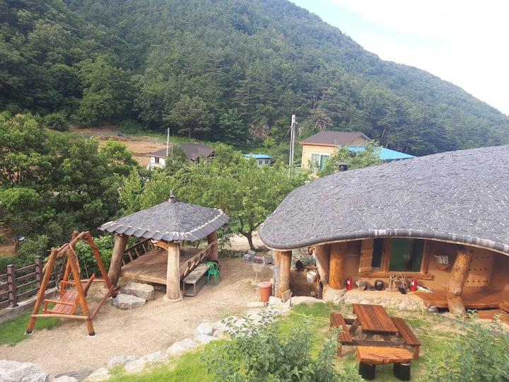 (한뜰당) 순수 황토와 국내산 소나무로만 지은 전통 구들방 흙집(3인실)