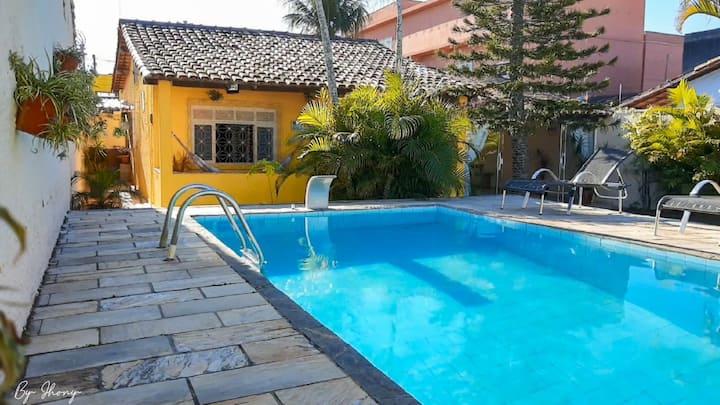 Casa com piscina e campo de futebol em Cabo Frio