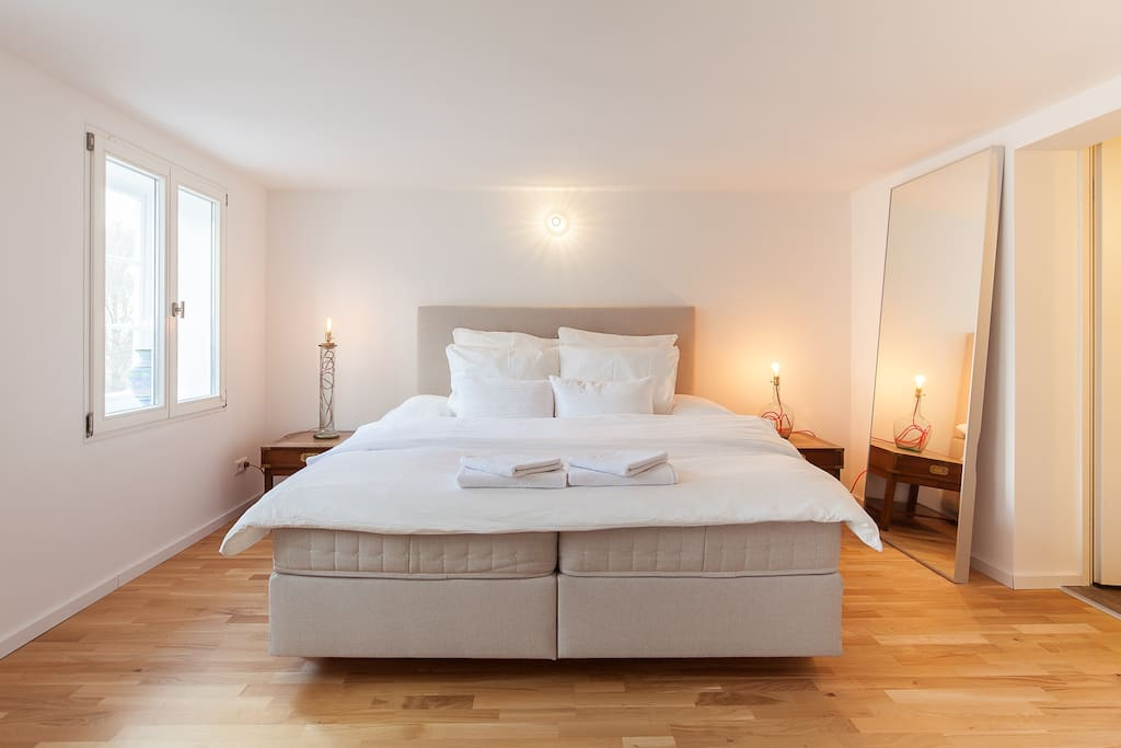 Schlafzimmer: Großes Boxspring-Bett 180 x 200