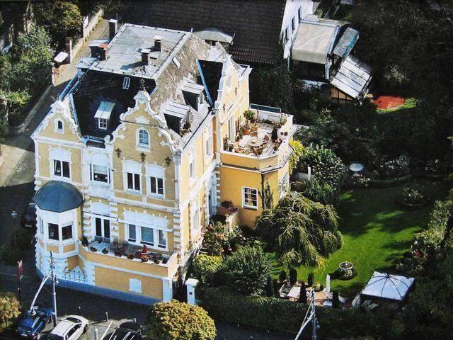 Zauberhafte Gartenwohnung in Villa am Rhein!