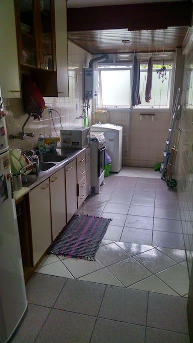 Ampla cozinha com área de serviço