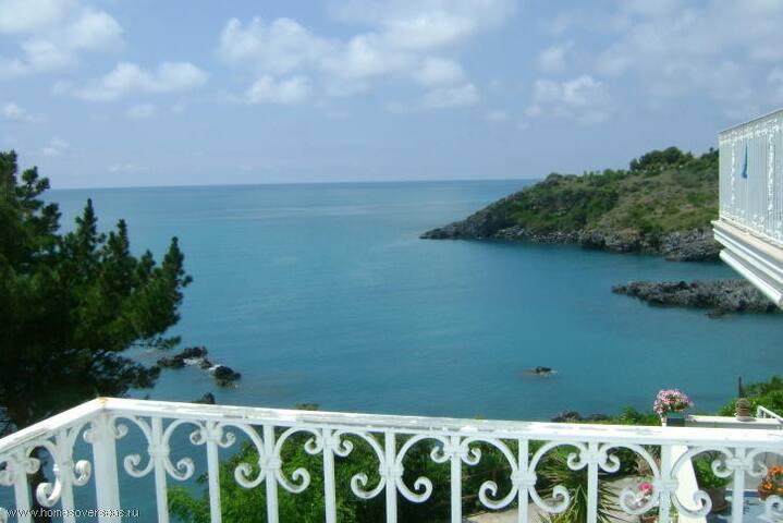 Вилла на берегу моря прекрасные панорамные виды.