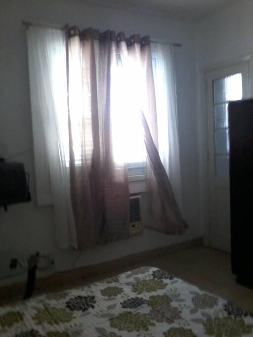 Otra ventana con el aire acondicionado debajo