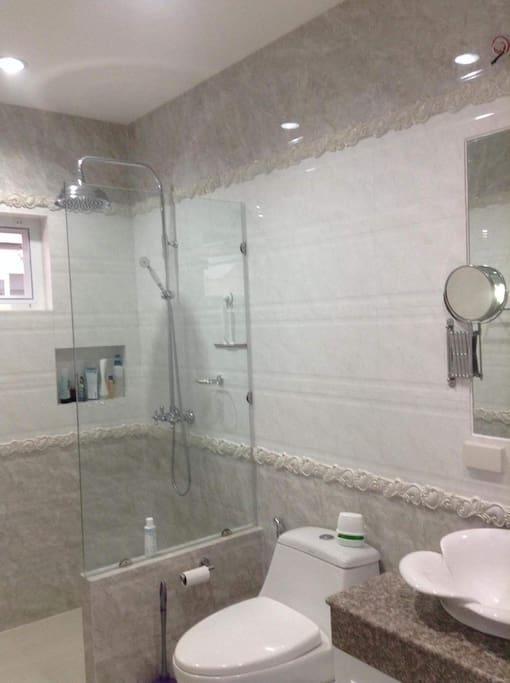 modernes /neues /grosses Badezimmer mit großer Dusche Modern / new / large bathroom With large shower ห้องน้ำขนาดใหญ่ มีฝักบัวอาบน้ำขนาดใหญ่