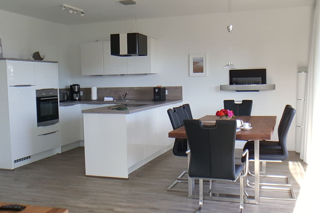 Wohnküche mit Esszimmer und Wandkamin
