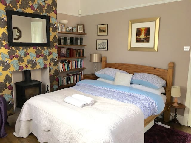 Spacious & Light Kingsize Room, 5 Mins to Centre