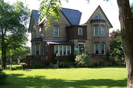 Pemberley House Bed and Breakfast King Louis Room - Huron East - Bed & Breakfast