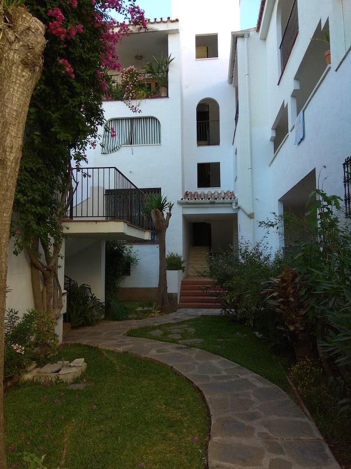 Vivienda en residencial con piscina y jardines.