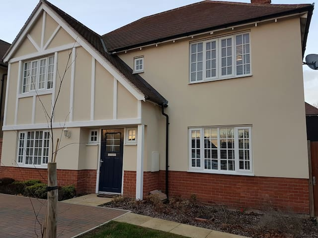 Stylish, modern 4-bed detached home - Colchester - House