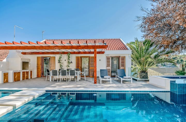 Luxury Seafront Villa Milna with private heated private pool, jacuzzi, sauna and gym by the sea on Brac island - Milna