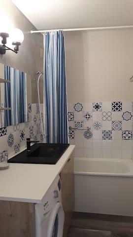 Salle de bain avec lave-linge