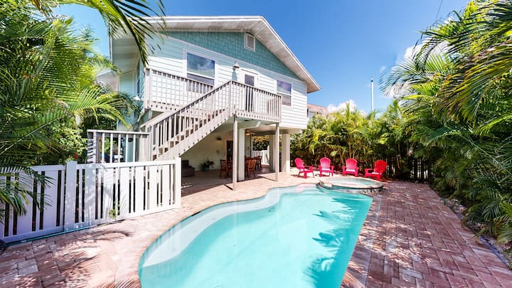 Bimini Breeze - Lovely 4 bd home, close to beach and shops with private pool and spa!