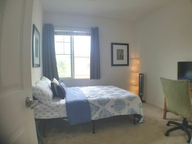 Cozy & convenient room less than 1 mile from ONT