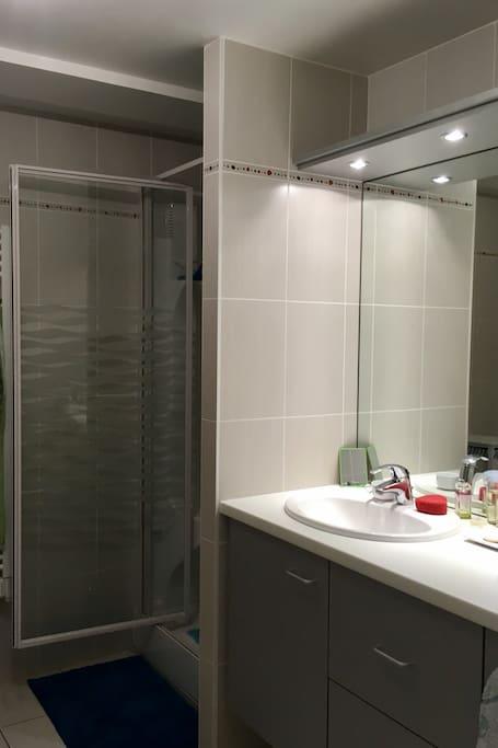 grande salle de bain avec  deux vasques et une baignoire
