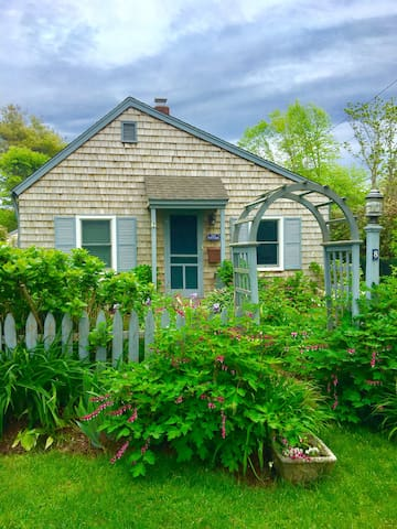EAST HAMPTON VILLAGE COTTAGE CLOSE TO ALL CAREFREE