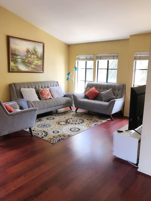 大会客厅,沙发都是新的,光线好,沙发很舒适。