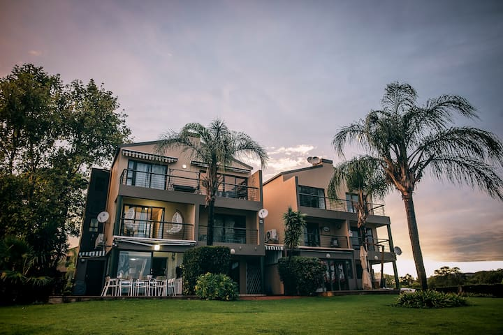 Palm Mansion on Waters Edge Hartebeespoort