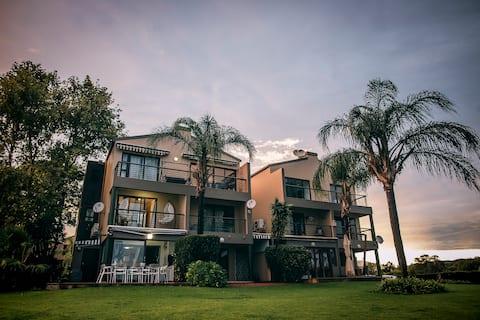 Palm Mansion on Waters Edge Hartebeespoort