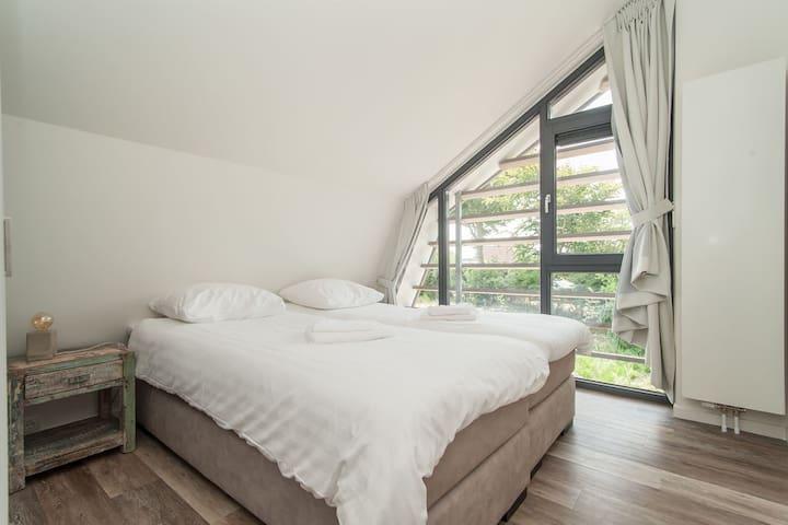 Slaapkamer 1 vakantiehuiskleingelukaandekust.nl