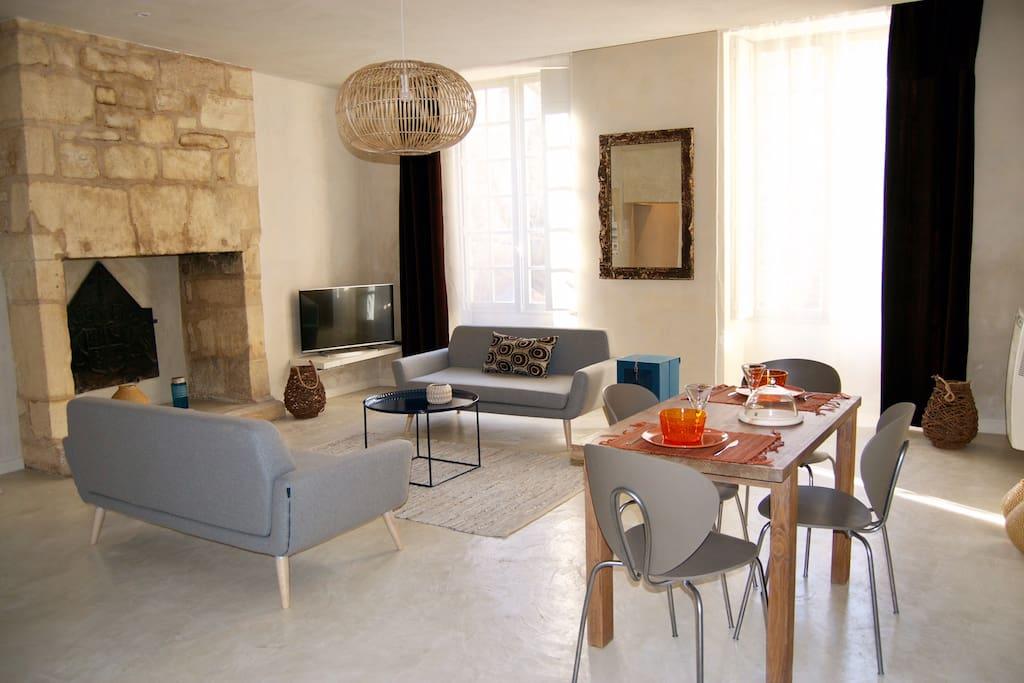 Le salon donnant sur une place calme et ombragée