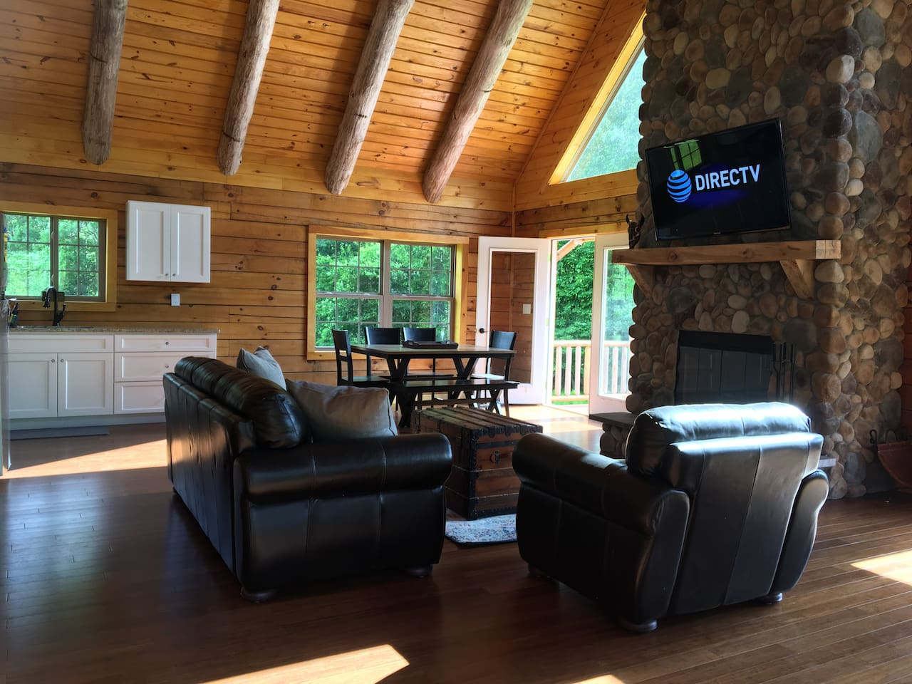 Brand new, specious, luxurious log cabin surrounded with nature and wild meadows.  Just a few minutes drive from center of town (restaurants, shopping centers, movie theater) . An amazing place for fun and relaxation all seasons of the year!