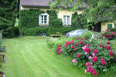 Nettes altes Ferienhaus im Grünen - Scheifling - บ้าน