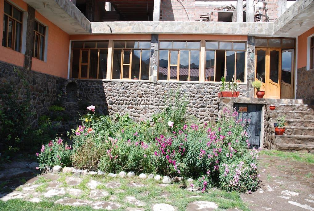 Jardín y frontis del Restaurante