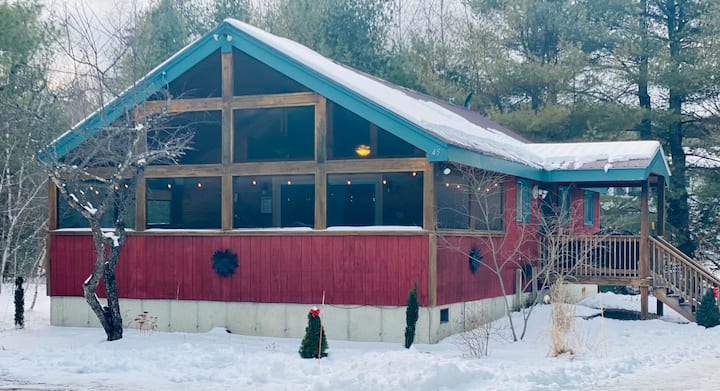 Chalet w/ Hot Tub. 20 min from N. Conway